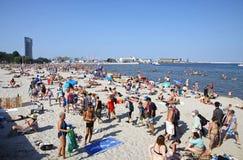 Толпить муниципальный пляж в Гдыне, Балтийском море, Польше Стоковые Фотографии RF