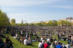 Толпить парк (парк Goerlitzer) в Берлине, Kreuzberg во время может Стоковые Фотографии RF