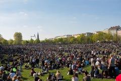 Толпить парк (парк Goerlitzer) в Берлине, Kreuzberg во время может Стоковые Изображения