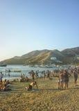 Толпить пляж в Taganga Колумбии стоковые изображения