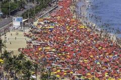 Толпить пляж Copacabana в Рио-де-Жанейро стоковые фотографии rf