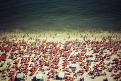 Толпить пляж Copacabana в Рио-де-Жанейро стоковая фотография