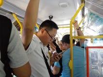 Толпить экипажи шины были толпить с пассажирами В Шэньчжэне, Китай Стоковые Изображения