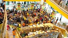 Толпить shoping центр, продажа с сезона Стоковые Фото