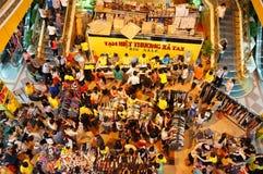Толпить shoping центр, продажа с сезона Стоковые Изображения RF