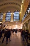 Толпы двигая в и из грандиозной центральной станции Стоковое Фото