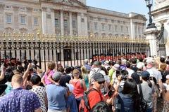 Толпы вне Букингемского дворца Стоковое Изображение