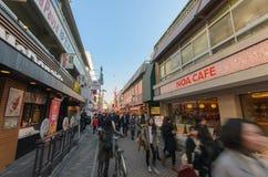 Толпы идут через улицу Takeshita в Harajuku Стоковое фото RF