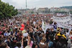 Толпы молодые люди протестуя против нового правительственного закона eduaction в Праге Стоковое Изображение