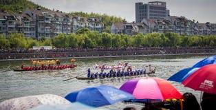 Толпы наблюдают гонку фестиваля шлюпки дракона Стоковые Фотографии RF