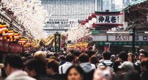 Толпы наблюдая, как золотой дракон станцевал на виске Senso-ji Стоковое фото RF