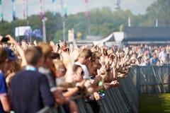Толпы наслаждаясь на внешнем музыкальном фестивале Стоковое Изображение