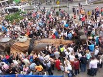Толпы проверяют спать гигантского водолаза Стоковое Фото