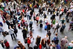 Толпы регулярных пассажиров пригородных поездов рельса Стоковое Изображение
