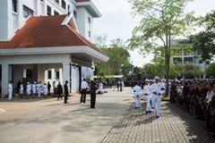 Толпы скорбящих во время оплакивая церемонии короля Bhimibol проходят прочь Стоковая Фотография RF