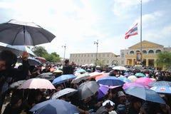 Толпы тайских людей приходят для петь королю Bhumibol Его Величество гимна на Sanam Luang королевского дворца Стоковые Изображения RF