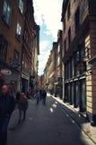 Толпы туристов исследуя Gamla Stan, Стокгольм, Швецию Стоковое фото RF
