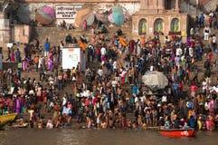 Толпы людей лестницы обваловки реки Ганга, Варанаси, Индии Стоковые Изображения RF