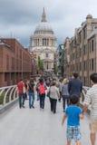 Толпы людей на мосте тысячелетия, Лондоне Стоковые Фотографии RF