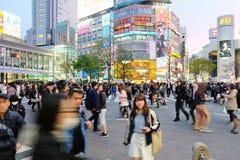 Толпы людей пересекая центр Shibuya Стоковые Изображения