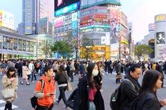 Толпы людей пересекая центр Shibuya Стоковое Фото