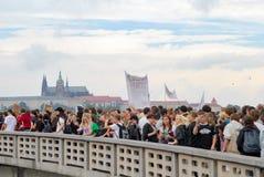 Толпы людей протестуя снова местное министерство на мосте с взглядом замка Праги Стоковые Фото