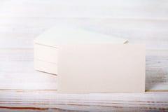 Толстая белая насмешка визитной карточки бумаги хлопка вверх на винтажной деревянной палубе Стоковая Фотография