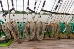 Толстая веревочка такелажирования сосуда корабля в различных формах и цветах на шлюпке Стоковые Фотографии RF