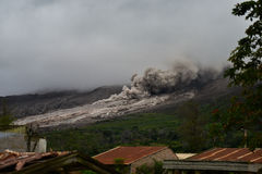 Толстая зола от вулкана Sinabung получать вдоль стороны  стоковые фото