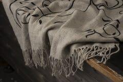 Толстая серая ткань при края разваливанные над деревянной стойкой стоковые фотографии rf