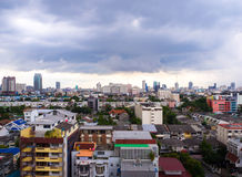 Толстое облако дождя в городе Бангкока, Таиланде стоковые фото