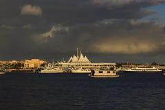 Толстые облака висели перед заходом солнца Стоковое Фото