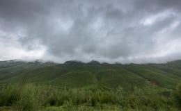 Толстые дождевые облако над зелеными горами Стоковое Изображение RF