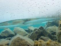 Толстый ледниковый щит подводный над скалистым дном озера Стоковые Фотографии RF