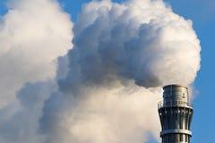 Толстый промышленный дым от печной трубы фабрики, космос экземпляра Стоковые Фотографии RF