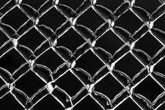 Толщиной, который замерли лед на перевернутой загородке звена цепи металла - Стоковые Фотографии RF