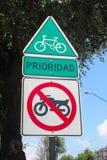 Только велосипеды не позволили знаку улицы никаким motorcicles Стоковые Изображения