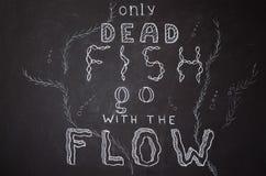 Только мертвые рыбы идут с подачей иллюстрация вектора