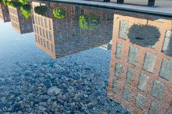 Только отражение современных зданий в воде стоковая фотография rf