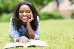 Трава африканской женщины лежа Стоковые Изображения RF