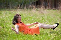 трава девушки кладя довольно Стоковая Фотография