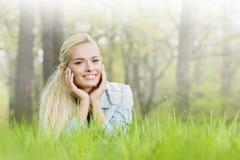 трава девушки кладя довольно Стоковые Фотографии RF