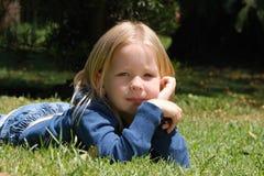 трава девушки кладя немного Стоковая Фотография RF