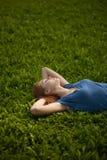 трава девушки лежа мирно спящ стоковое изображение