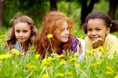 трава девушок Стоковое Изображение