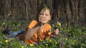 трава девушки немногая лежа сток-видео