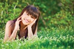 трава кладя женщину Стоковая Фотография RF