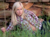 трава лежащ довольно предназначенная для подростков стоковое изображение