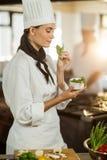 Трава молодого женского шеф-повара пахнуть Стоковые Фото