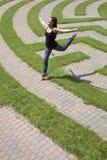 трава перескакивая лабиринт над детенышами женщины Стоковые Фотографии RF